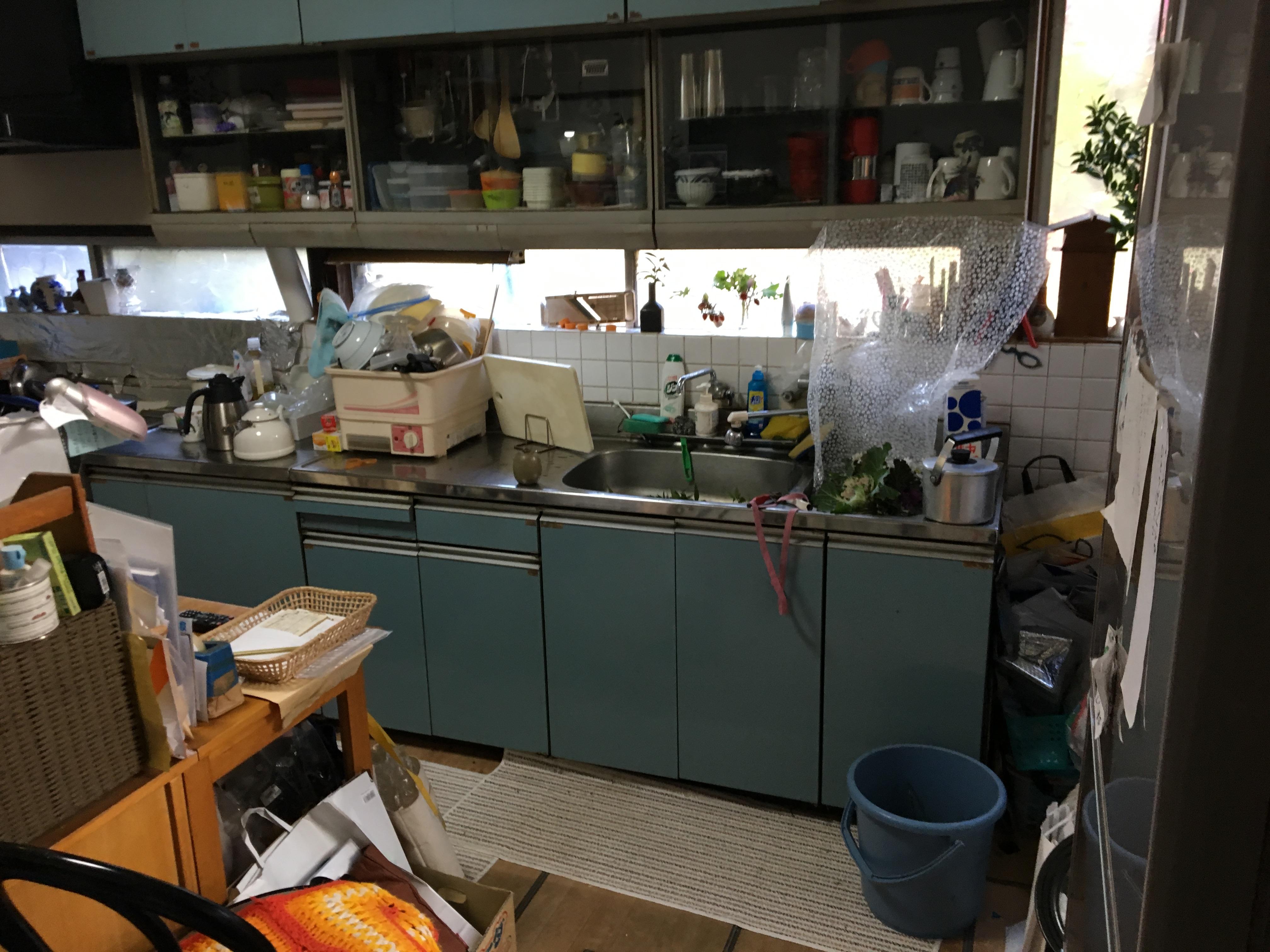 なんか薄暗いキッチンでした。また沢山の物であふれかえっておりました。。