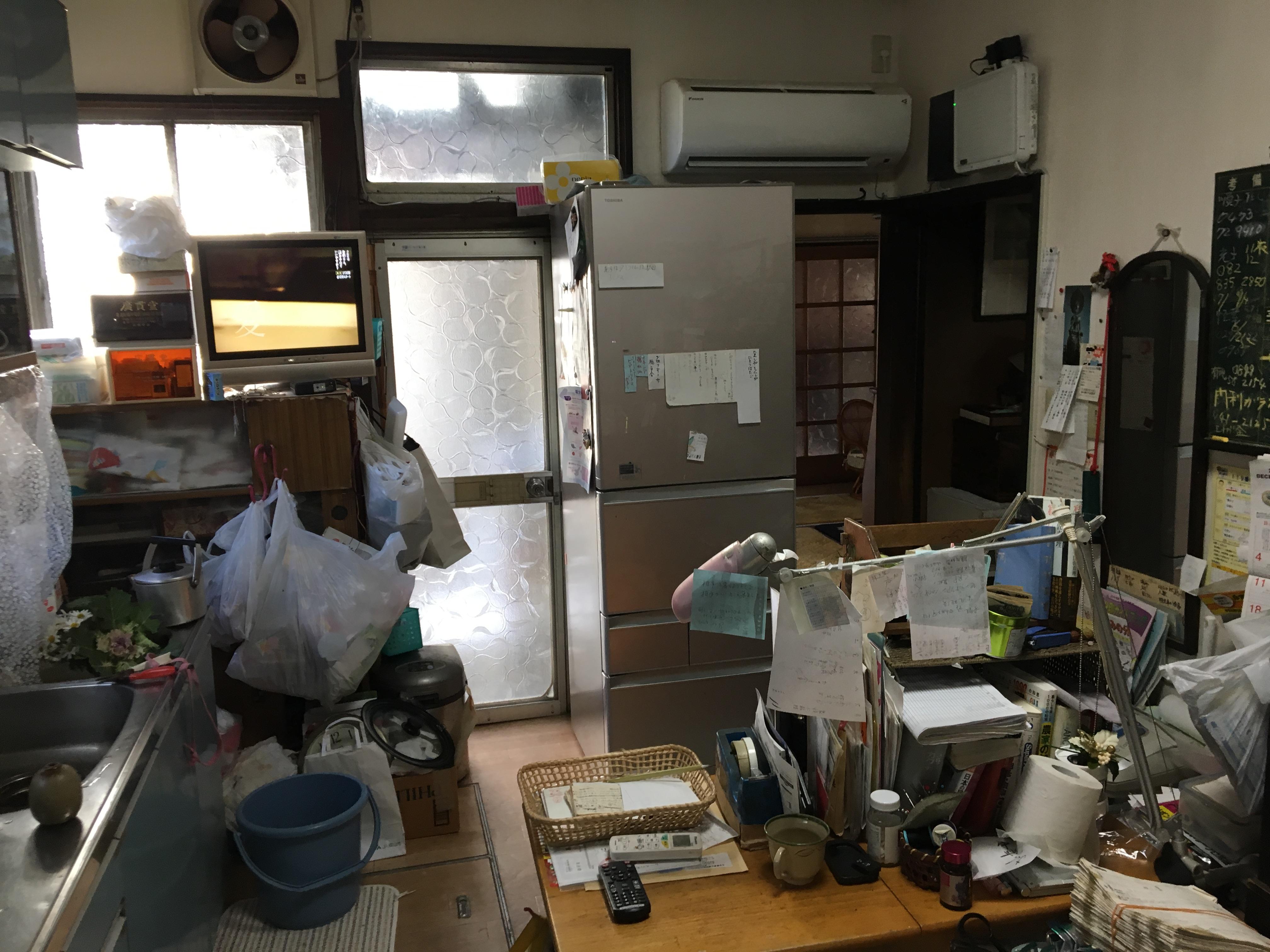 こちらもキッチン。せっかくの窓も冷蔵庫やたくさんの物でふさがってました