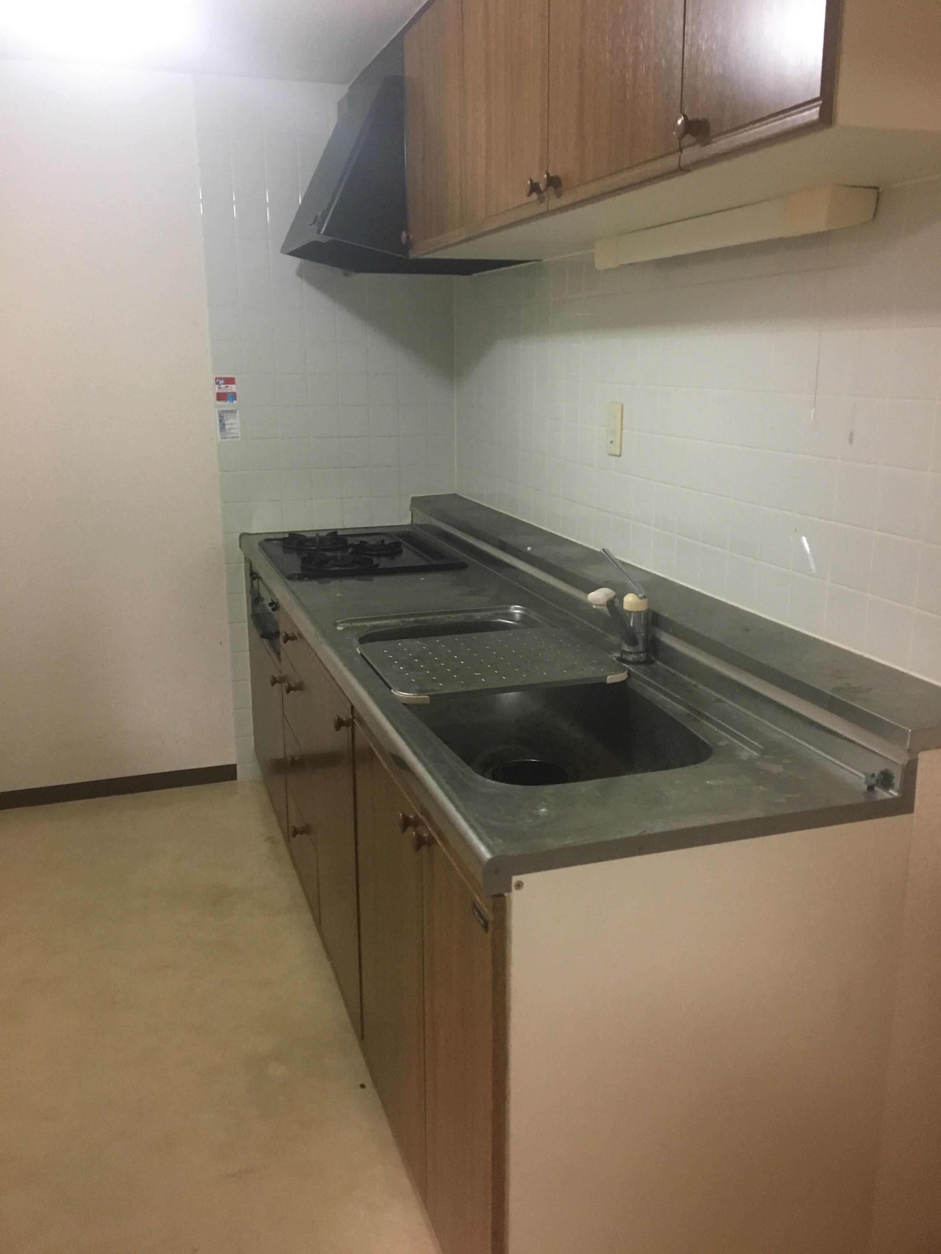 キッチンも使い古されており、収納スペースが確保できない。