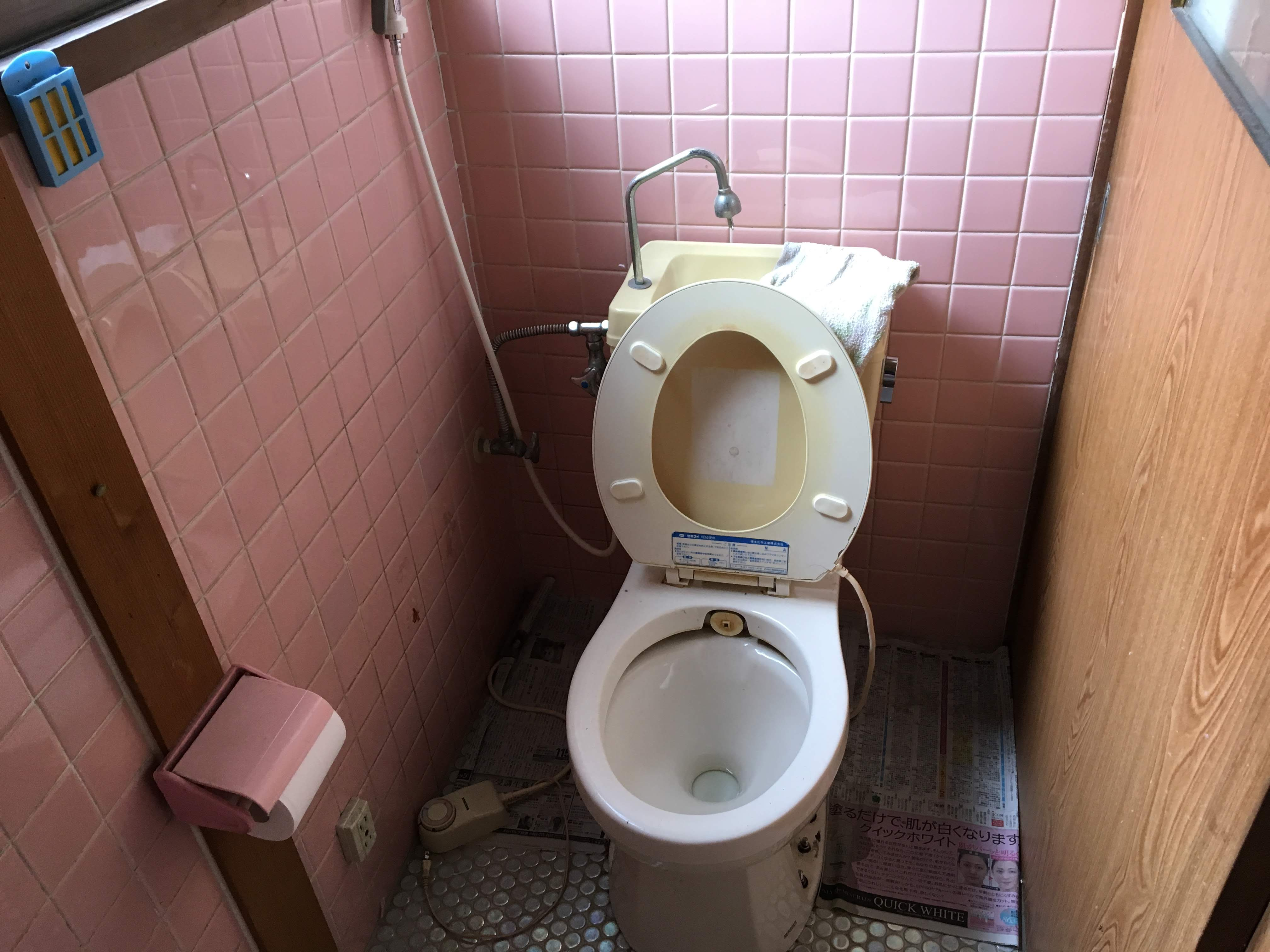 トイレは汲み取りトイレでした。 臭いなどとても困られておりました。