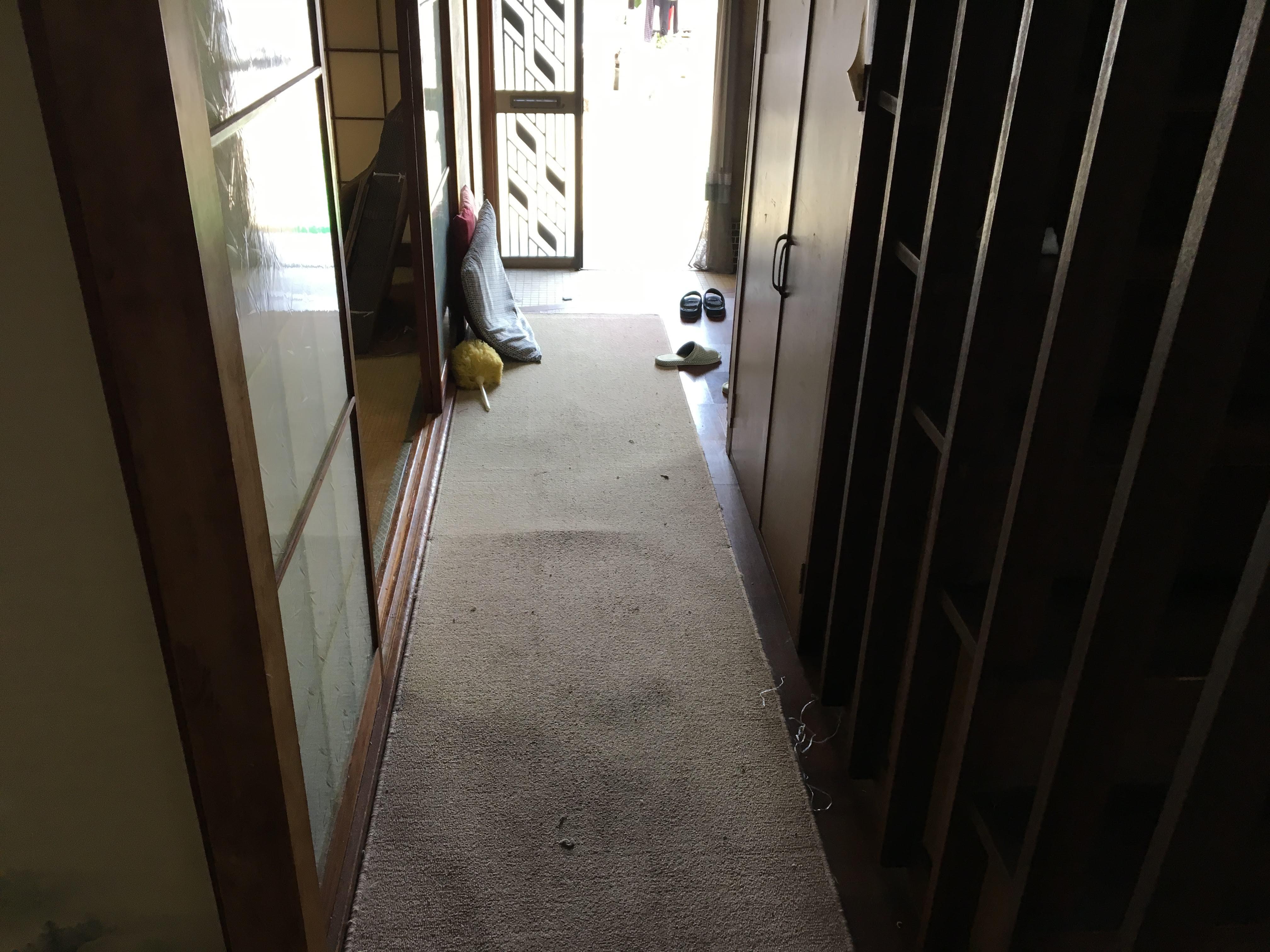 廊下・玄関も昔ながらの物でした。 廊下は床が抜けそうなくらい、劣化しておりました。