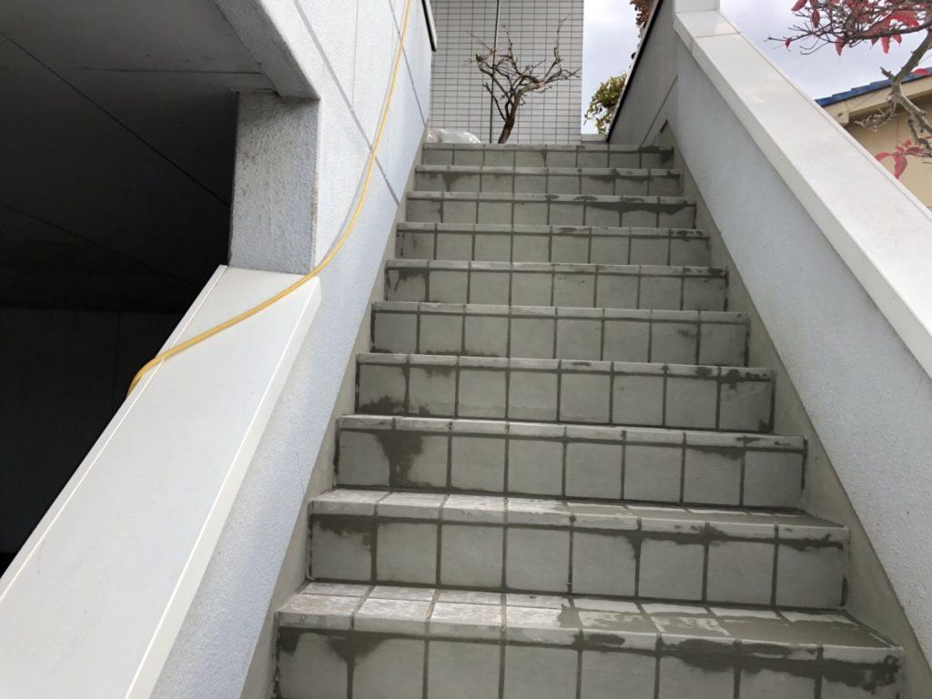 新市町にて階段防水の施工を致しました。