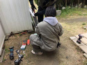 尾道市にてサッシの戸車を交換致します。