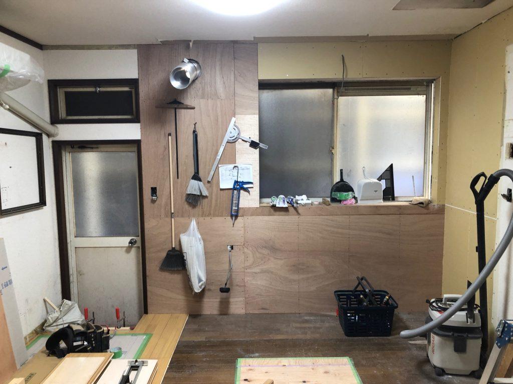 福山市曙町T様邸水回り改修工事本日、大工さんにて、フ ローリング施行中です。
