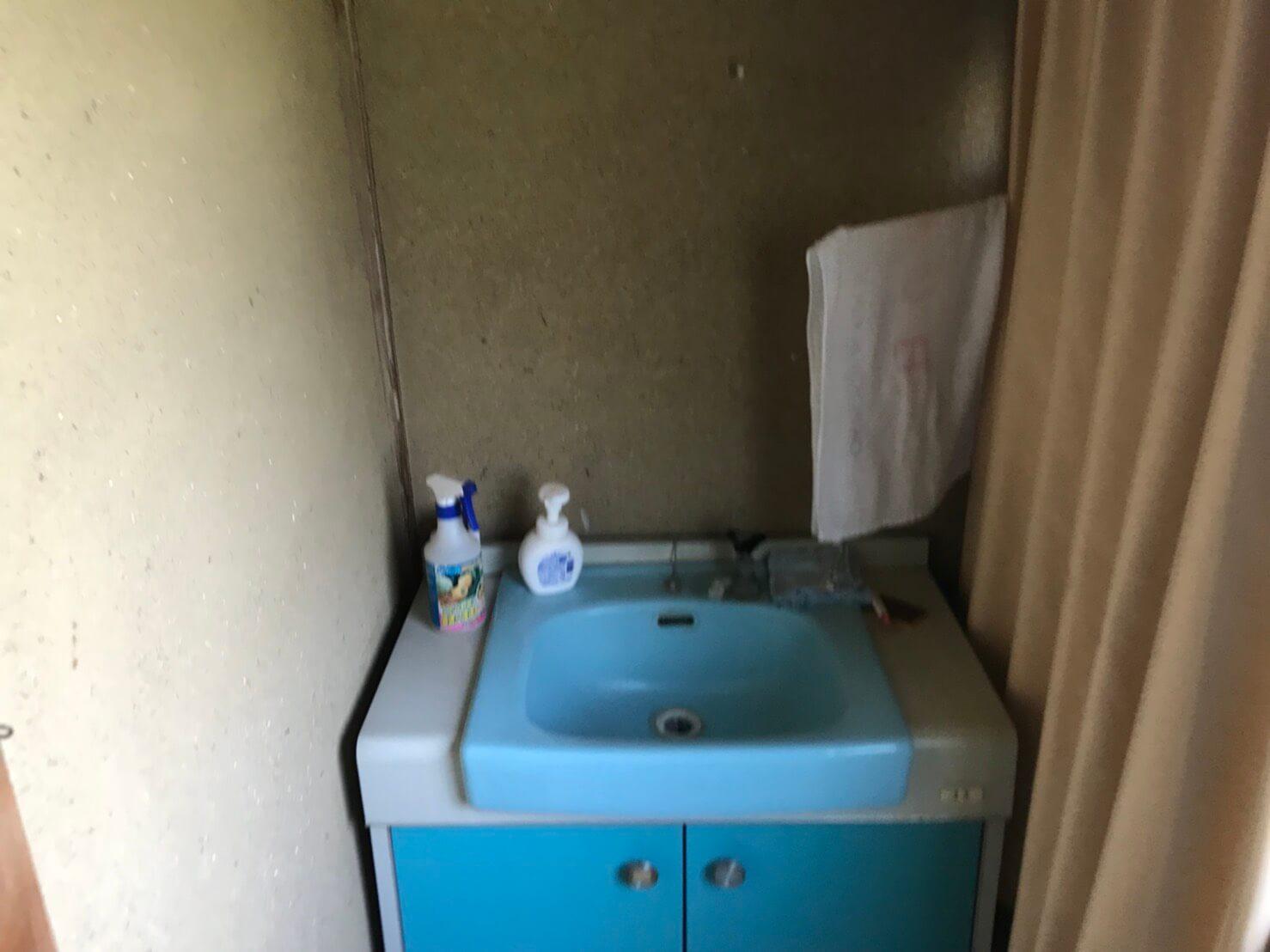 洗面台も使い古されている状態でした。